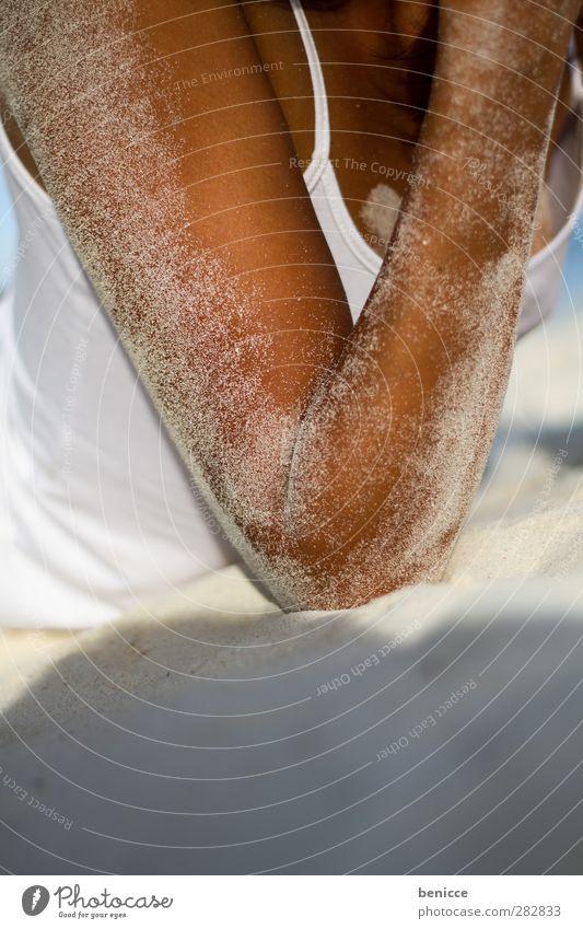 sandy Frau Mensch Strand Sand Frauenbrust Arme Hand Sandstrand Nahaufnahme braun Sonnenbad sitzen Haut Sonnenbank Ferien & Urlaub & Reisen schön