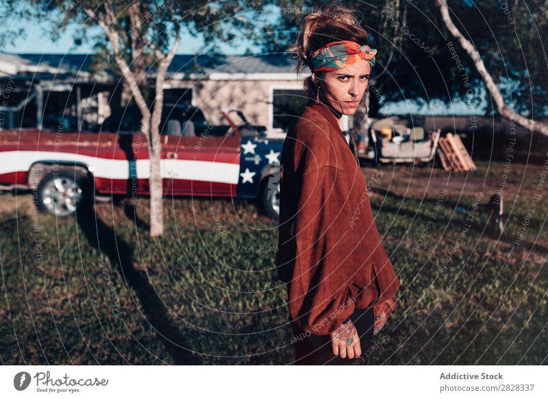 Junge stilvolle Frau im Freien Außenaufnahme lässig Haus Jugendliche Hinterhof Lifestyle Sommer stehen ernst Besitzer Lastwagen Stil tätowiert Sonnenlicht
