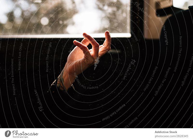 Nahaufnahme einer Hand vereinzelt schwarz Hintergrundbild Frau Mensch Entwurf gestikulieren Finger Arme Daumen Symbole & Metaphern Mädchen Dunkelheit Kaukasier