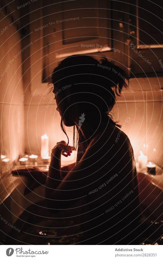 Dunkle Silhouette der Frau im Bad Badewanne Kerze nackt Jugendliche Erholung Gesundheit Spa Hautpflege Fürsorge Sauberkeit schön Wäsche waschen Genuss