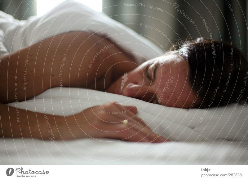 Zum letzten mal grüßt das Murmeltier ! Krankheit Erholung ruhig Häusliches Leben Wohnung Raum Schlafzimmer Frau Erwachsene Gesicht 1 Mensch 30-45 Jahre