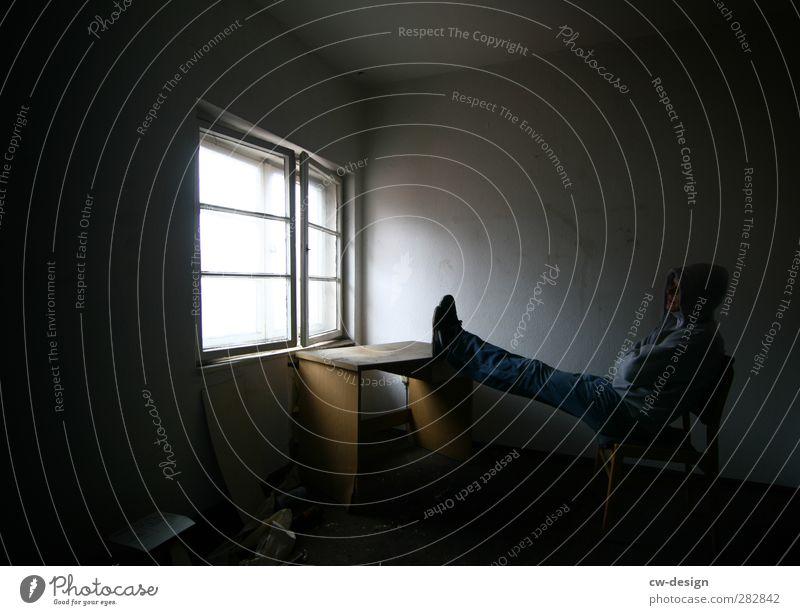 DAMALS Mensch Jugendliche ruhig schwarz Erwachsene Fenster dunkel kalt Gefühle Architektur Traurigkeit Gebäude 18-30 Jahre sitzen Freizeit & Hobby maskulin