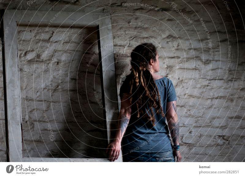 AST5 | The wall, the door & me Lifestyle Wohnung Raum Dachboden Mensch feminin Frau Erwachsene Leben Kopf Haare & Frisuren Rücken Arme Hand 1 30-45 Jahre