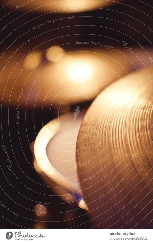 cymbal Musik Band Schlagzeug Becken leuchten rund Musikinstrument Farbfoto Innenaufnahme Strukturen & Formen Menschenleer Kunstlicht Licht Schatten
