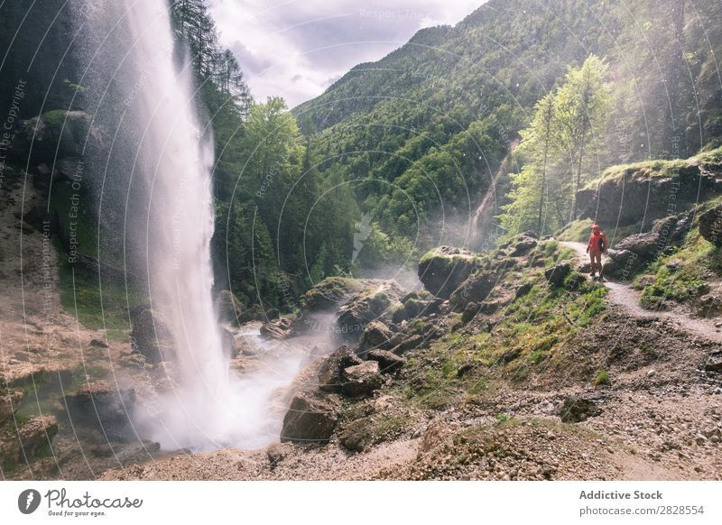 Tourist am Wasserfall Berge u. Gebirge Wald Aussicht grün Ferien & Urlaub & Reisen wandern Abenteuer Landschaft Natur Trekking extrem Wanderer Mann Bergsteigen