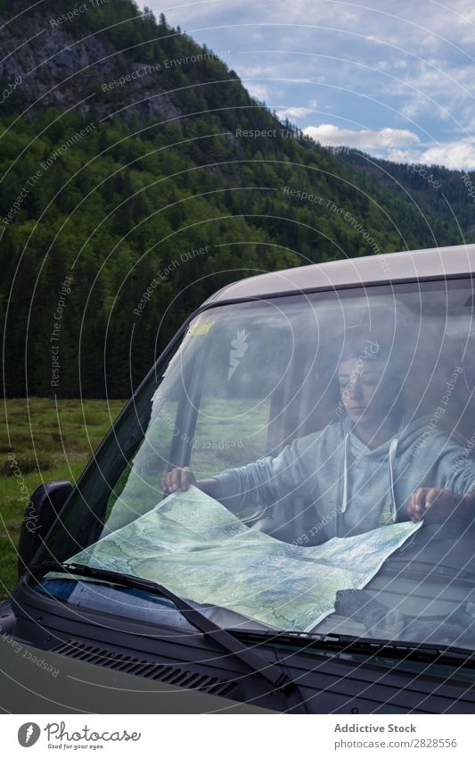 Tourist auf der Karte Landkarte PKW Berge u. Gebirge Ausflug Straße Ferien & Urlaub & Reisen Frau Lifestyle Abenteuer Natur Fahrzeug Jugendliche Mensch