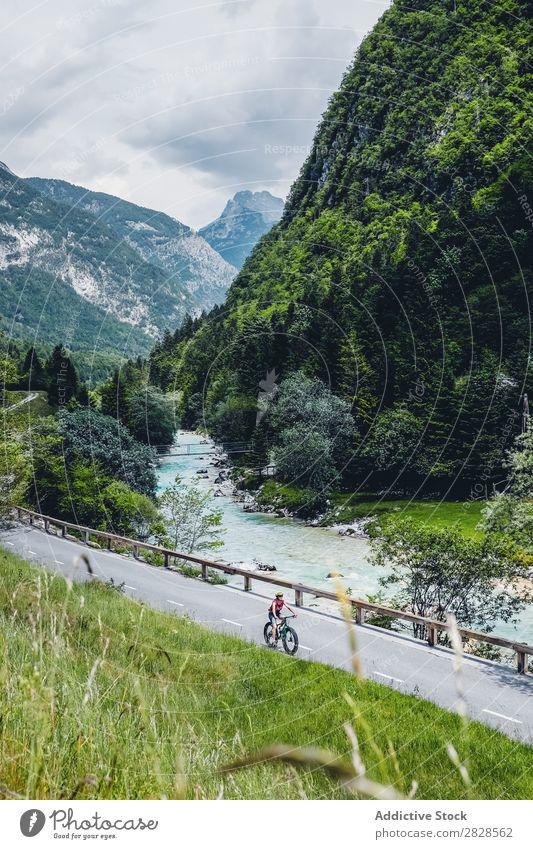Person, die Mountainbike fährt Mensch Fahrrad Berge u. Gebirge Reiten Straße Sport Natur üben Fahrradfahren Abenteuer Motorradfahren Lifestyle Erholung Ausritt