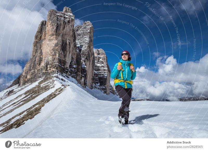 Touristin in den Bergen Frau Schnee Berge u. Gebirge Rucksack Wegsehen Ferien & Urlaub & Reisen Winter wandern Abenteuer Landschaft Natur Trekking extrem