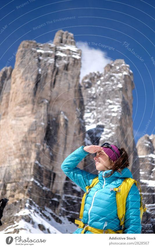 Touristin in den Bergen Frau Schnee Berge u. Gebirge Rucksack Wegsehen Lächeln Ferien & Urlaub & Reisen Winter wandern Abenteuer Landschaft Natur Trekking
