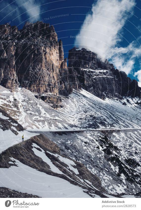 Ein Mann, der in verschneiten Bergen wandert. Schnee Berge u. Gebirge Tourist Ferien & Urlaub & Reisen Winter wandern Abenteuer Landschaft Natur Trekking extrem