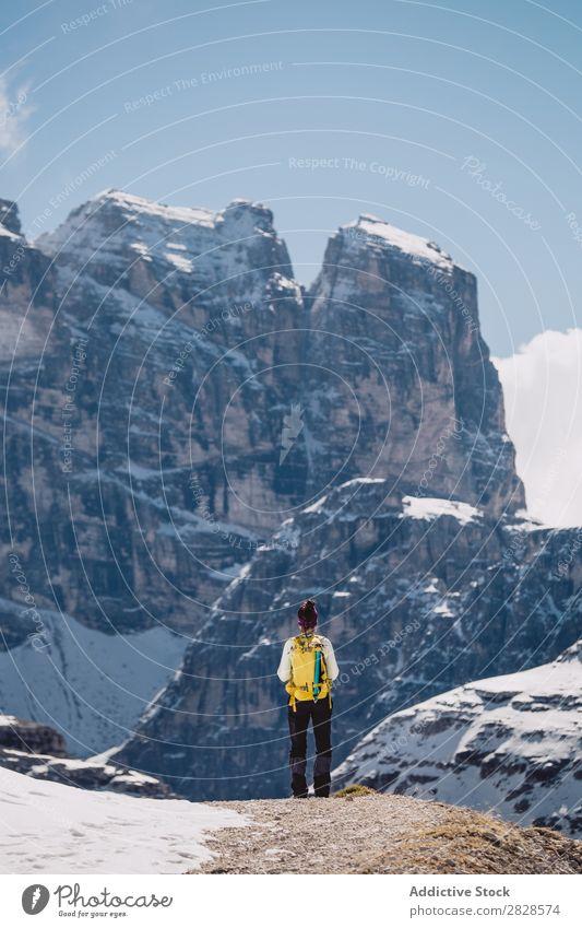 Touristen stehen in den Bergen Mann Schnee Berge u. Gebirge Rucksack Ferien & Urlaub & Reisen Winter wandern Abenteuer Landschaft Natur Trekking extrem Wanderer