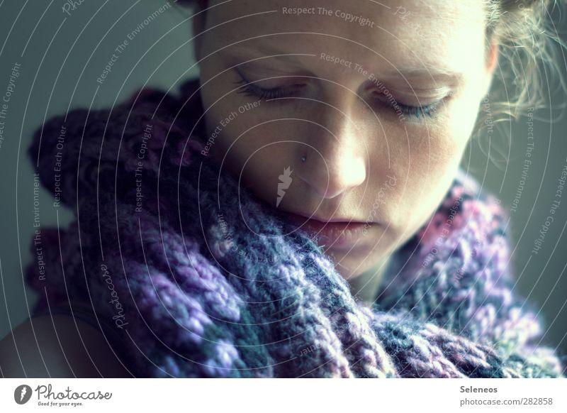 gut gegen Halsweh Mensch Frau Erwachsene Gesicht feminin träumen Bekleidung Erkältung nah Krankheit Locken Schal Halsschmerzen