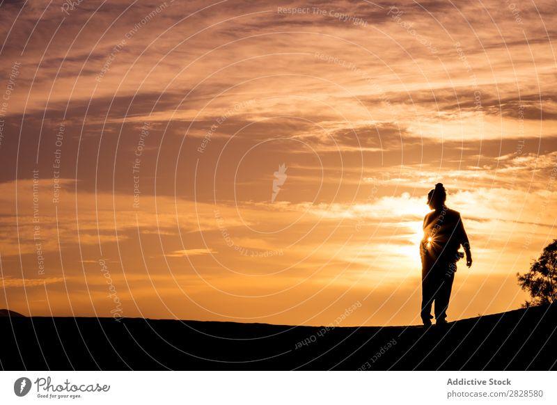 Stehende Person im Sonnenuntergang Mensch Silhouette Sommer Himmel Freude Ferien & Urlaub & Reisen schön Lifestyle Freiheit Sonnenlicht Sonnenaufgang Abend