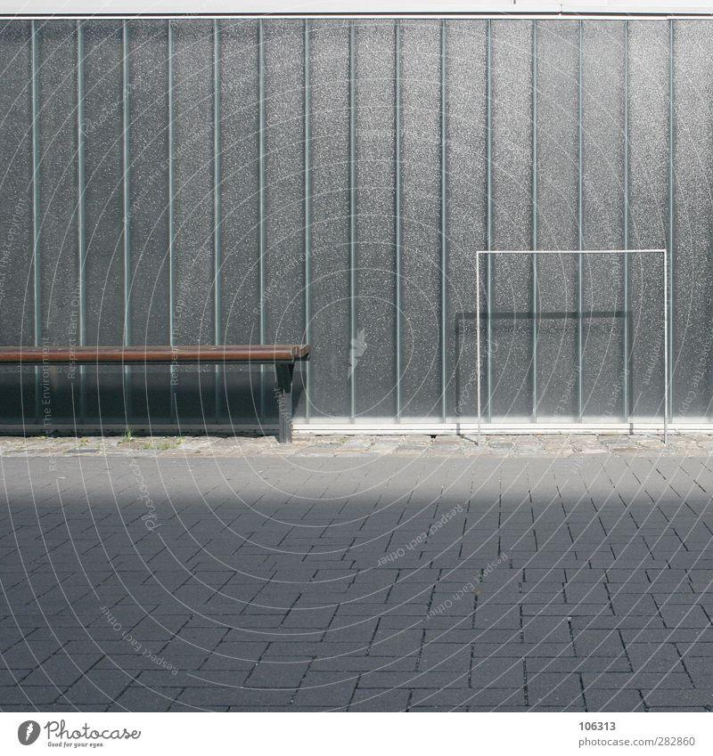 Vorm Aldi Hütt (#111Teil I); Ständer. Fürs Fahrrad ruhig Fassade sitzen warten Bank Fahrradständer