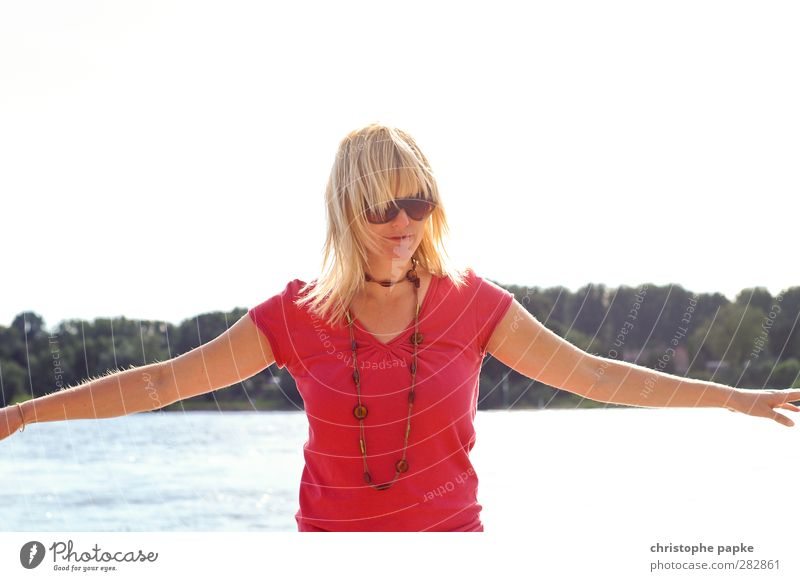 Summer Breeze Mensch Frau Jugendliche schön Sommer Sonne Strand ruhig Erholung Erwachsene Junge Frau feminin Küste Freiheit träumen 18-30 Jahre