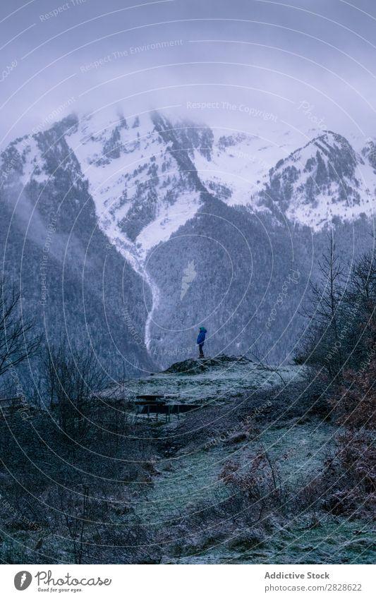 Tourist steht im Winter auf einer Klippe. stehen Berge u. Gebirge Natur wandern laufen Ferien & Urlaub & Reisen Landschaft kalt Schnee Abenteuer Wanderer