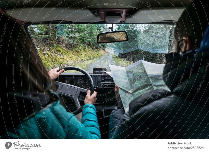 Ein Paar, das auf einer Landstraße geht. Reiten Landschaft PKW Landkarte durchsuchend Richtung Navigation Ausritt Ausflug Ferien & Urlaub & Reisen Mann Frau