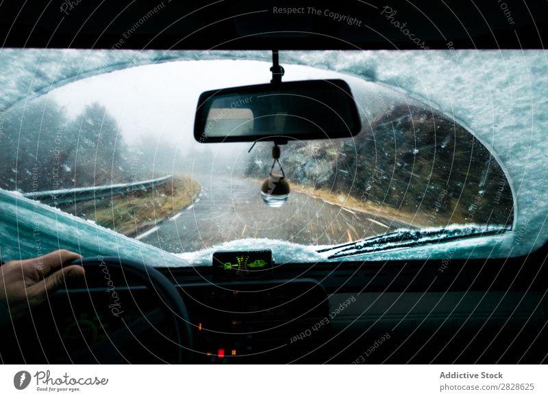 Fahrerin bei verschneiten Tagen PKW Straße Berge u. Gebirge Schnee Schneefall Ferien & Urlaub & Reisen Ausflug Mensch Natur Fahrzeug Laufwerk Lifestyle Freiheit