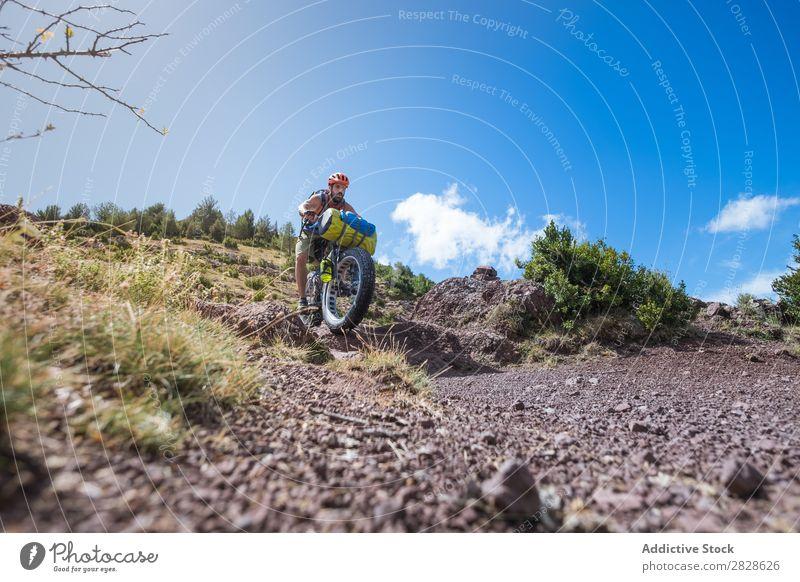 Mann fährt bergab Tourist Abfahrt Reiten Ausritt Sport Ferien & Urlaub & Reisen Aktion Abenteuer Tourismus Berge u. Gebirge extrem Straße Motorradfahren Fahrrad