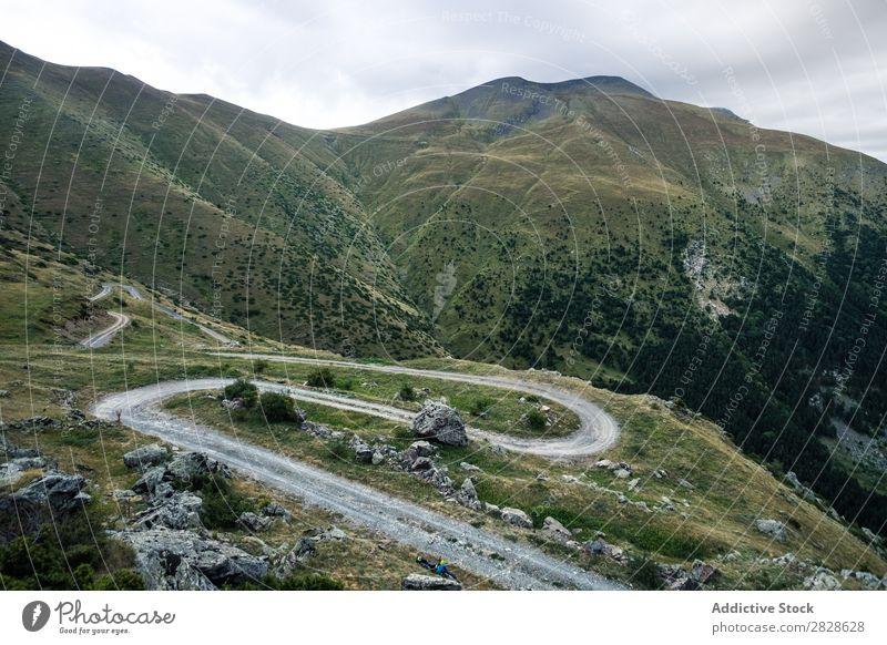 Kurvenreiche Straße in den Bergen Tal Berge u. Gebirge Serpentine Landschaft Panorama (Bildformat) geheimnisvoll ländlich Aussicht gedellt Tourismus