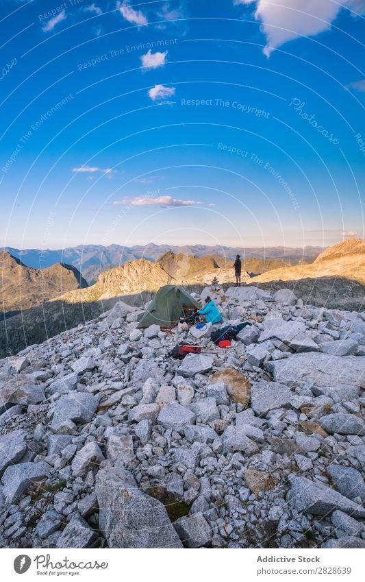 Campingplätze in den Bergen Mensch Berge u. Gebirge Zelt Ferien & Urlaub & Reisen Natur Landschaft Abenteuer wandern Tourismus Aktion Mann Frau schön Lifestyle