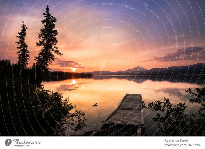 Pier im See auf dem Hintergrund der Berge Anlegestelle Berge u. Gebirge Sonnenuntergang Reflexion & Spiegelung Ferien & Urlaub & Reisen Himmel Tourismus ruhig