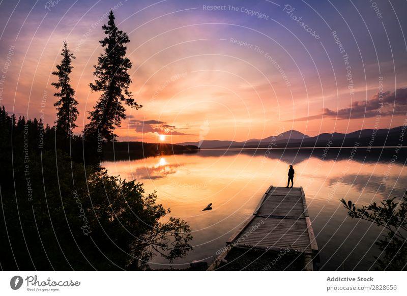 Anonymer Reisender am Pier in den Bergen Mensch Anlegestelle Sonnenuntergang See Berge u. Gebirge Ferien & Urlaub & Reisen Tourist Silhouette