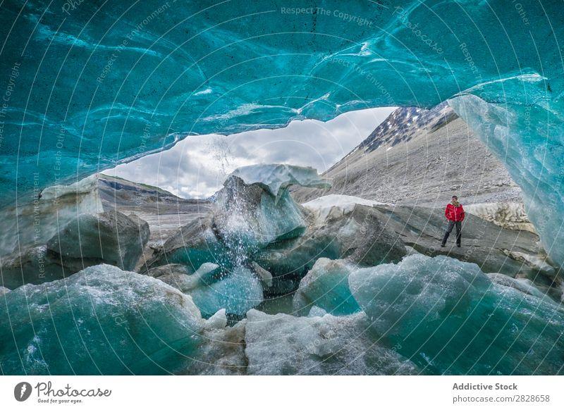 Innerhalb der Eishöhle und Reisender außerhalb der Höhle Küste Mensch Körperhaltung reisend Abenteuer Formation national Gletscher Felsen anschaulich Landschaft