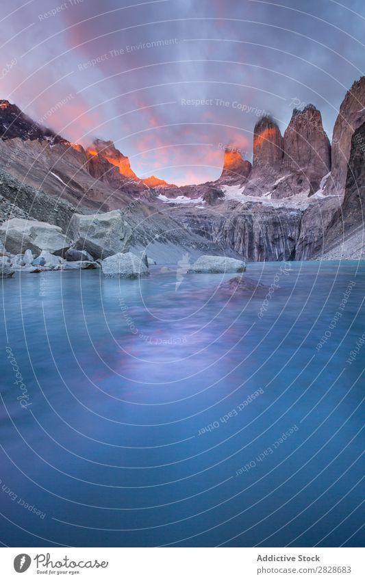 Graue felsige Berge und See Berge u. Gebirge gefroren Felsen Becken Stille frieren Landschaft Tourismus Panorama (Bildformat) Umwelt Oberfläche grau Abenteuer
