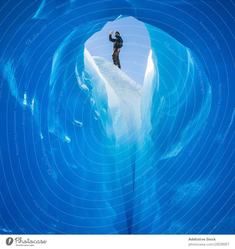 Person auf der Spitze der Eishöhle Tourist Gletscher Höhle Landschaft Kristalle Tourismus Innenaufnahme natürlich Attraktion kalt Arktis extrem Abenteuer