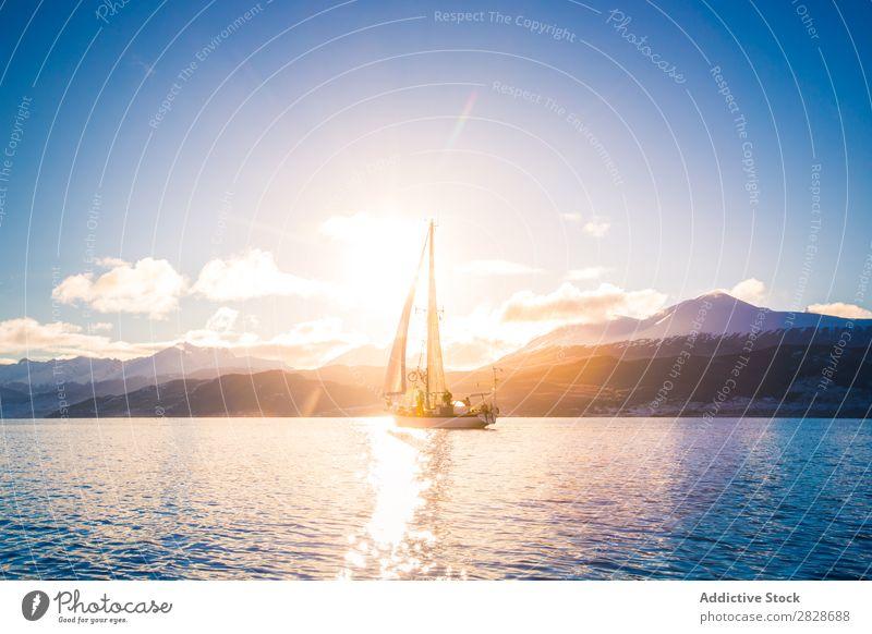 Segelboot im Meer auf dem Hintergrund der Berge Landschaft fliegend Berge u. Gebirge Gefäße Yachting fließen Verkehr blau Abenteuer Ferien & Urlaub & Reisen