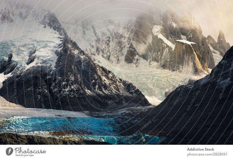 Verschneite Bergformation im Sonnenlicht Berge u. Gebirge Felsen Nebel Landschaft Tal Schnee Panorama (Bildformat) Winter Umwelt Morgen Natur ruhig frisch hell