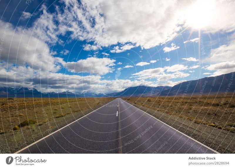 Langperspektivische Straße in den Bergen Berge u. Gebirge Autobahn Landschaft gerade hell Panorama (Bildformat) Abenteuer Blauer Himmel natürlich ländlich Tal