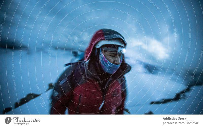 Person in warmer Kleidung bei Schnee Mensch Schneefälle Trekking Gerät Abenteurer Altimeter Tourismus Jahreszeiten Sport Klettern Ferien & Urlaub & Reisen