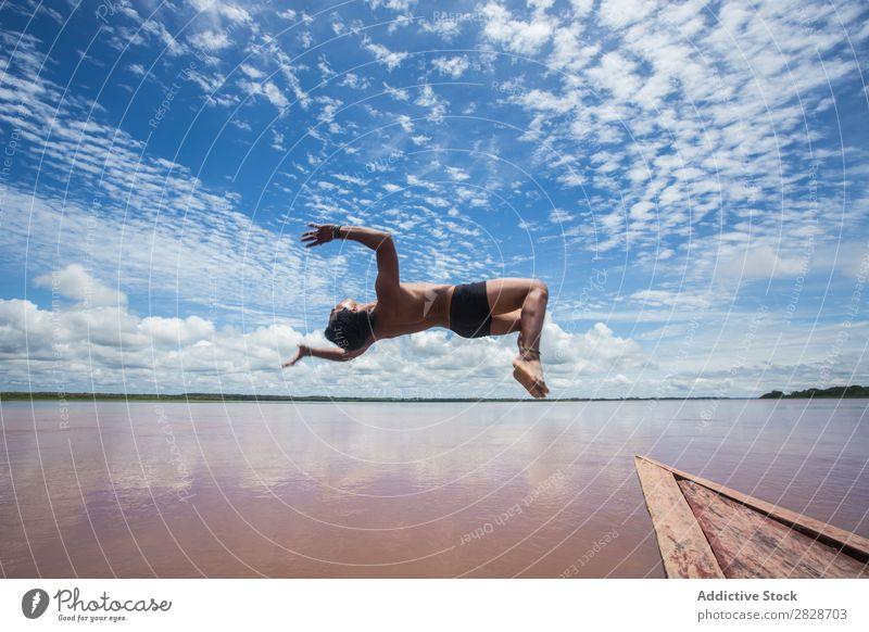 Person, die vom Boot springt Mann Wasserfahrzeug Trick Flip springen Abenteuer Holzplatte in Bewegung fliegen Aktion Landschaft Erholung