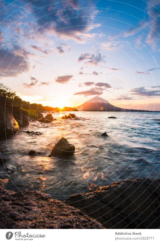 Malerischer Blick auf die Felsen am Meeresufer Landschaft Küste Sonnenuntergang tropisch malerisch Seeküste hell Wildnis Meereslandschaft Abend Urwald Natur