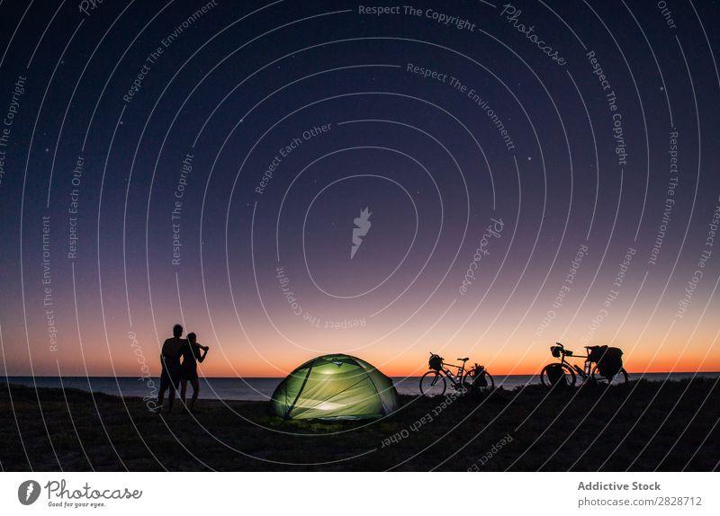 Paar mit Zelt und Fahrrad auf der Natur Küste Tourismus Stern romantisch reisend Silhouette Fahrradfahren Camping Trekking Liebe Freiheit Seeküste Nacht Himmel