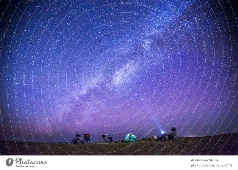 Menschen, die beim Camping den Sternenhimmel beobachten. Paar Tourismus romantisch reisend Weltall Fahrrad Abenteuer Fahrradfahren sternenklar Trekking Freiheit