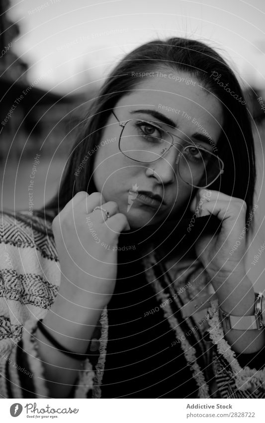 Hübsche Frau mit Halsband, die auf die Kamera schaut. hübsch Jugendliche schön Kragen ausrichten Blick in die Kamera Großstadt Straße Stadt brünett attraktiv