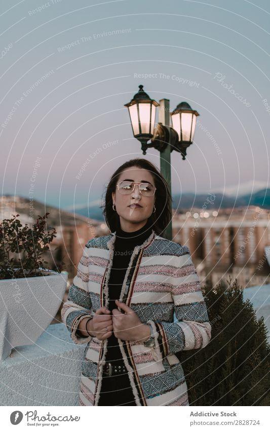 Nachdenkliche Frau am Lichtmast hübsch Jugendliche schön Fürsorge besinnlich Denken Lampe Post Großstadt Stadt Wegsehen brünett attraktiv Mensch