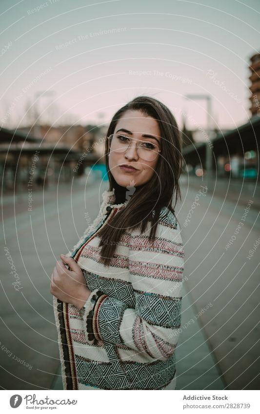 Junge stilvolle Frau auf der Straße hübsch Jugendliche schön Großstadt Stadt Brillenträger Körperhaltung brünett attraktiv Mensch Beautyfotografie Erwachsene