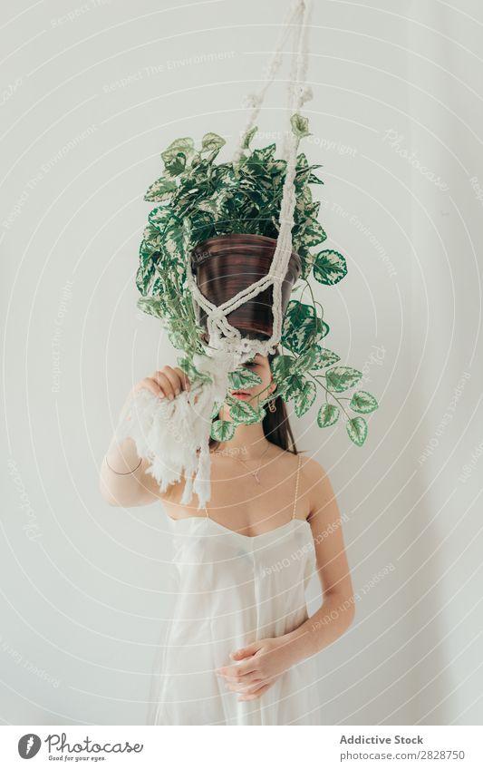 Junge Frau mit Cache Topf hübsch Jugendliche schön Cache-Pot Schiffstau erhängen Pflanze Zimmerpflanze brünett attraktiv Mensch Beautyfotografie Erwachsene Stil