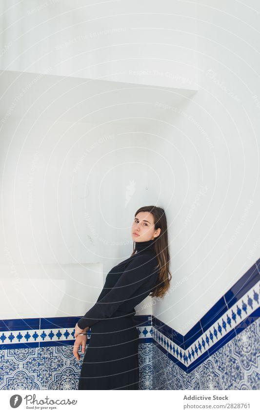 Sinnliche Frau an der gefliesten Wand stehend genießen hübsch Jugendliche Fliesen u. Kacheln Treppe Freitreppe schön brünett attraktiv Mensch Beautyfotografie