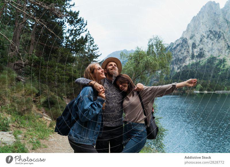 Glückliche Freunde in den Bergen Frau Mann Berge u. Gebirge Freude Körperhaltung Zusammensein Lächeln