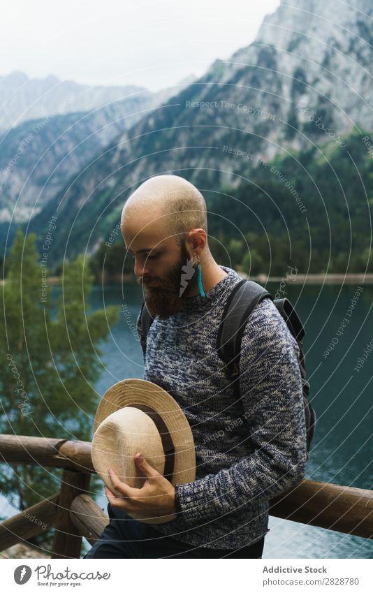 Attraktiver Tourist am Bergsee Mann See gutaussehend bärtig Natur Zaun Holz Ferien & Urlaub & Reisen Lifestyle Rucksack Berge u. Gebirge Landschaft Wasser