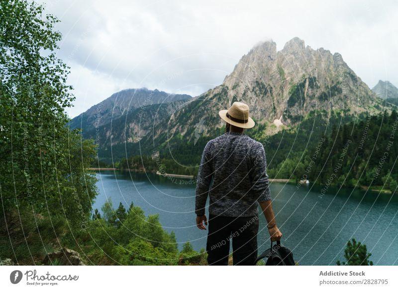 Mann, der in den Bergen posiert. Tourist See gutaussehend bärtig Natur Freiheit Ferien & Urlaub & Reisen Lifestyle Rucksack Berge u. Gebirge Landschaft Wasser