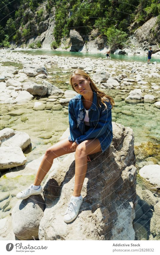 Frau sitzt auf Felsen Sommer Berge u. Gebirge Tourismus Freiheit Fröhlichkeit strömen Natur Außenaufnahme heiter Ferien & Urlaub & Reisen schön exotisch