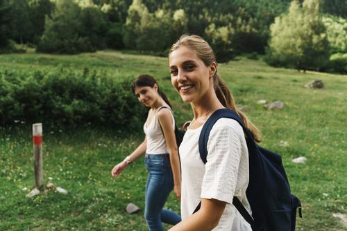 Frauen, die auf der Natur spazieren gehen laufen ländlich Freundschaft Rucksack Mädchen Jugendliche schön Ferien & Urlaub & Reisen Tourismus Ausflug Mensch Baum