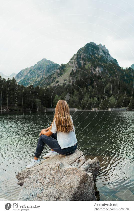 Frau auf Stein am See sitzend Berge u. Gebirge Natur Landschaft Wasser Felsen schön Jugendliche wandern Ferien & Urlaub & Reisen Abenteuer Ausflug Trekking