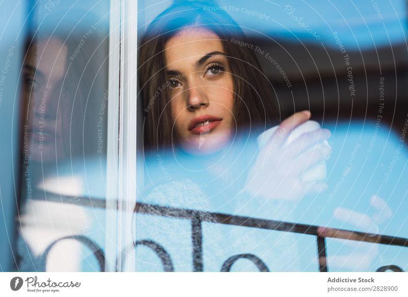 Schönes Modell mit Tasse Kaffee und Smartphone Frau heimwärts Kuscheln träumen Menschliches Gesicht Körperhaltung besinnlich Fürsorge Lifestyle Haus lässig
